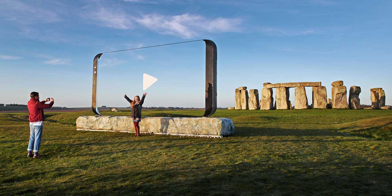 Samsung Carries Giant Galaxy 8 Frame Around England for New Campaign